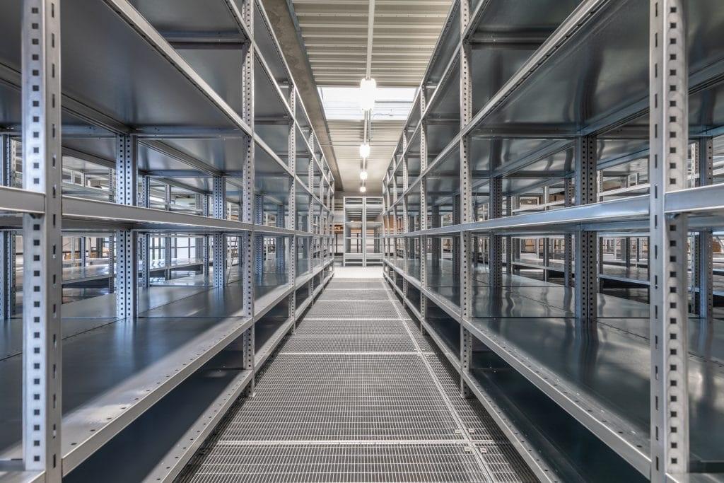 Stål reoler på lager. Galvaniseret stål reoler som lagersystem.